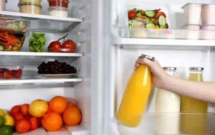 Il cibo scaduto si può mangiare? Conservare correttamente latte carne verdura e uova in frigorifero