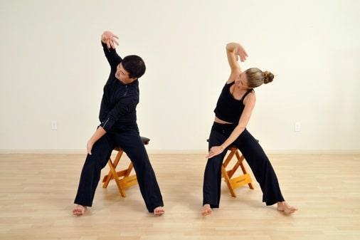 Gyrokinesis ginnastica dolce e riabilitativa su uno sgabello