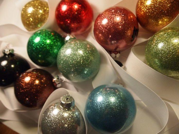 Immagini Glitterate Di Natale.Palline Di Natale Fai Da Te Con I Glitter Vivo Di Benessere