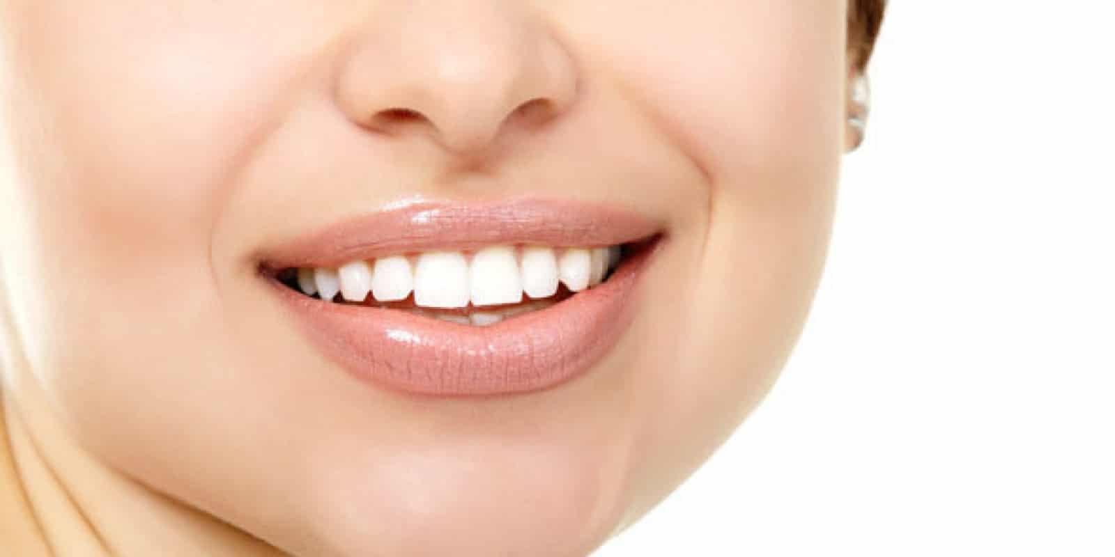 Come sbiancare i denti con olio di cocco e curcuma - Vivo
