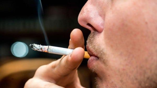 fumo-sigaretta-unghia-gialla