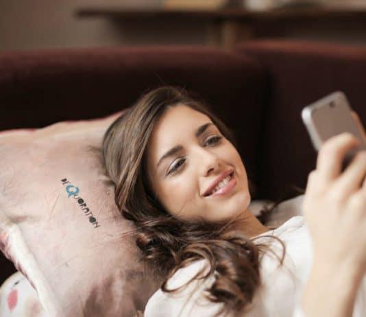smartphone sul comodino