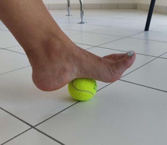 pallina da tennis massaggio piedi