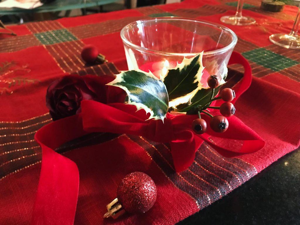 candela-natalizia-con-nastro-rosso