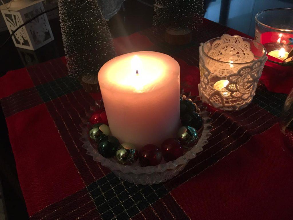 candela-natalizia-con-palline
